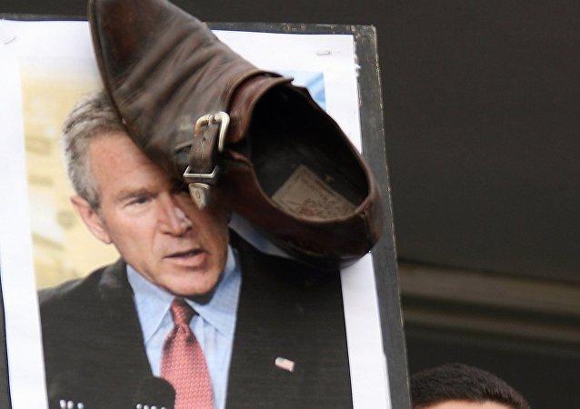Une image de George Bush et une chaussure lors d'une manifestation à Amman