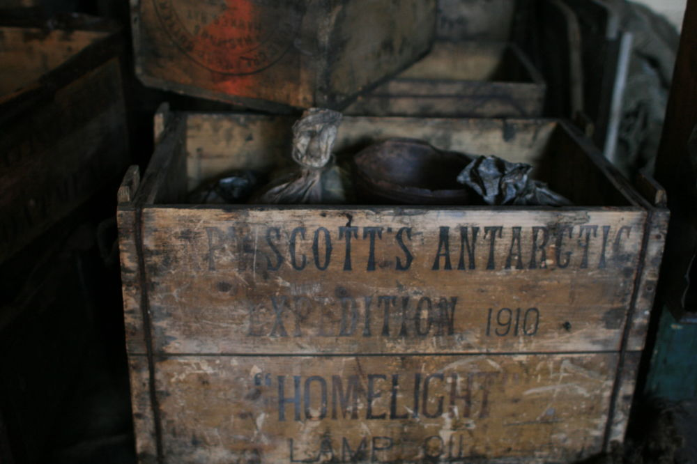 une boîte d'huile pour lampe dans la cabane de Robert Scott