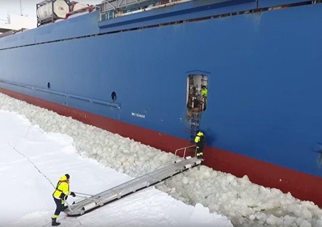 Un pilote monte sur un cargo en mouvement en Finlande