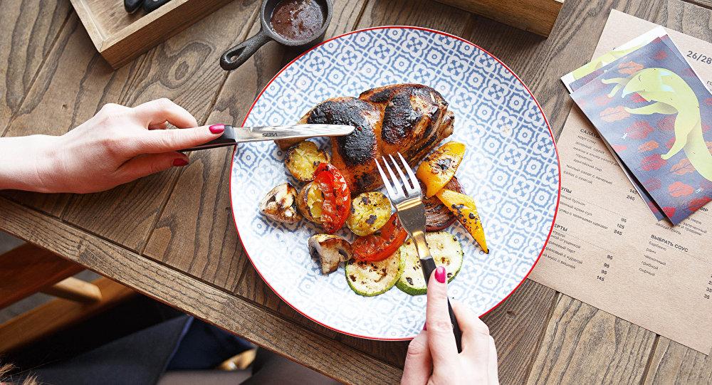 Cuisse de poulet avec des légumes au restaurant 26/28 Grill
