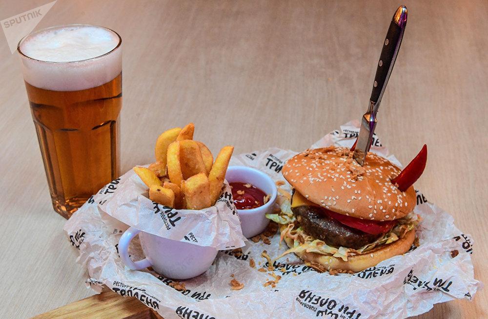 Burger du chef au restaurant Tri Olenya à Samara