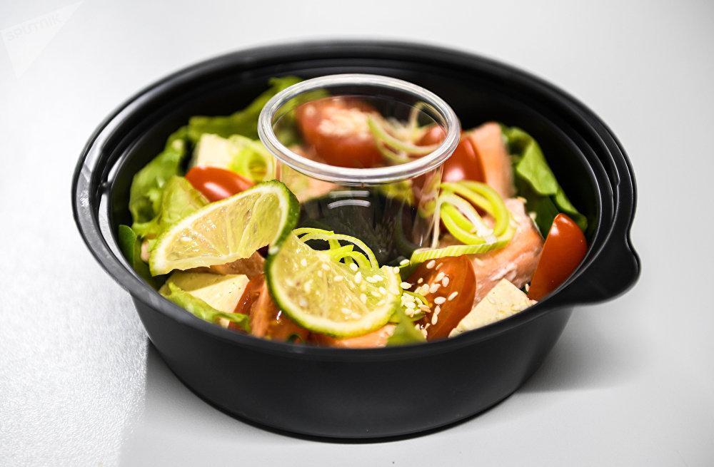 Salade au saumon chez Fresh Diets, service de livraison de repas à Volgograd