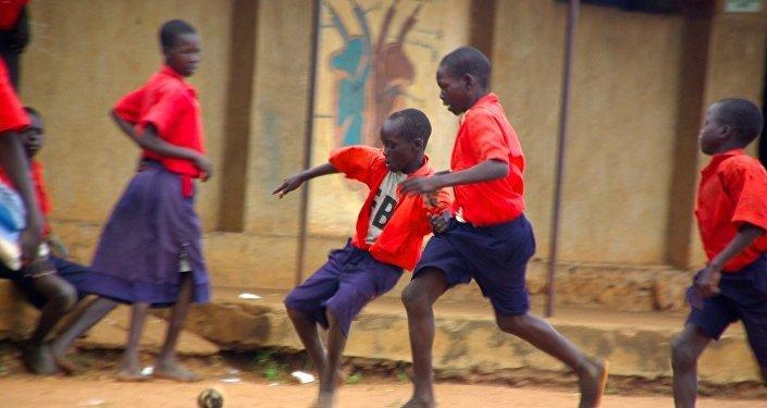 Jeunes africains qui jouent au foot. Image d'illustration