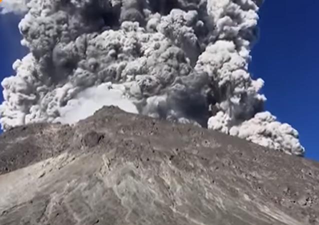 Eruption du volcan Merapi à Java
