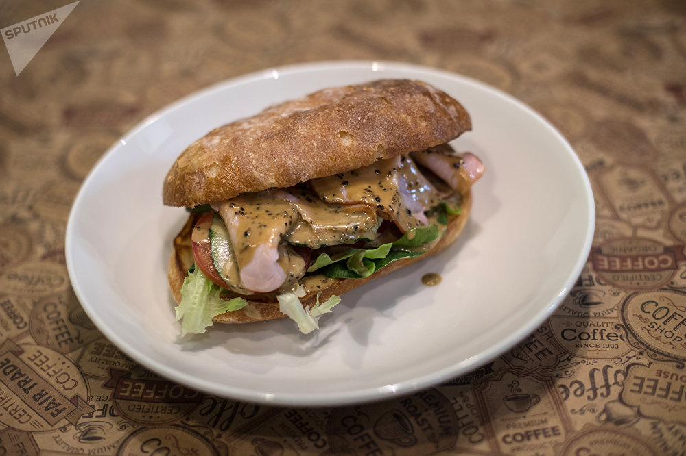 Sandwich au jambon fermier avec une sauce au poivre dans le restaurant Breakfasteria à Rostov-sur-le-Don