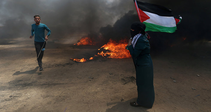 Des manifestants avec un drapeau palestinien, le 14 mai 2018