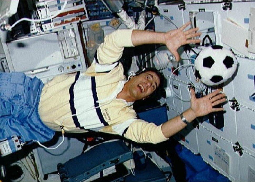 L'astronaute américain John Elmer Blaha joue au football en orbite (27 novembre 1989)