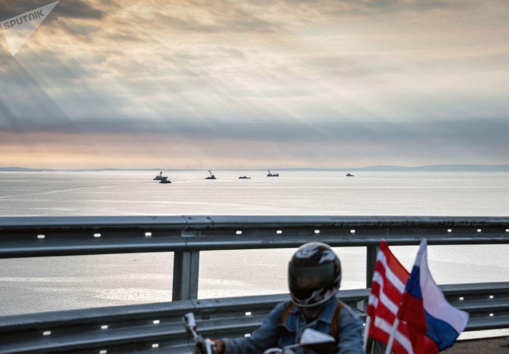 Début de la circulation automobile sur le pont de Crimée