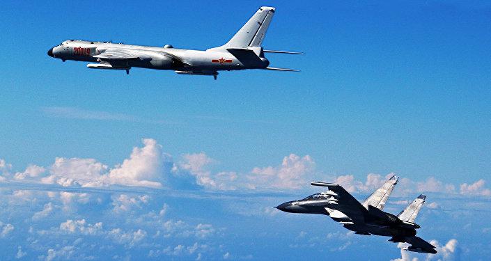 Un Su-30 et un H-6K chinois