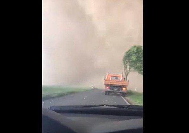 Quand on roule en voiture, et qu'apparaît une tornade