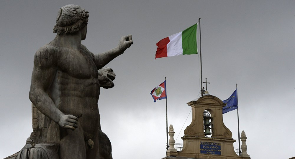 Le drapeau italien sur le palais du Quirinal
