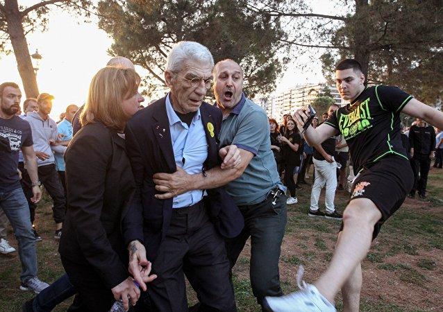 Yiannis Boutaris agressé lors d'un rassemblement