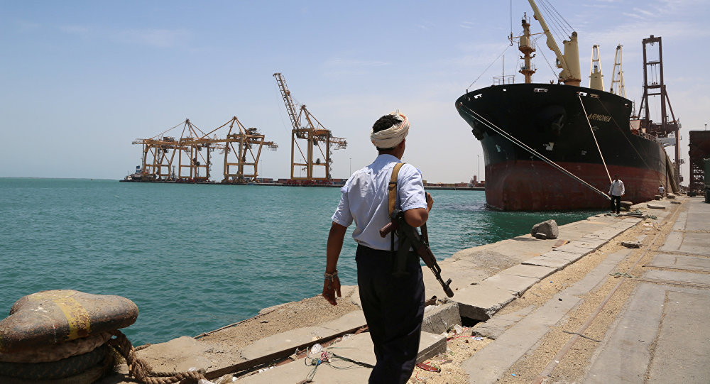 Un soldat se promène au port de la mer Rouge de Hodeidah, au Yémen