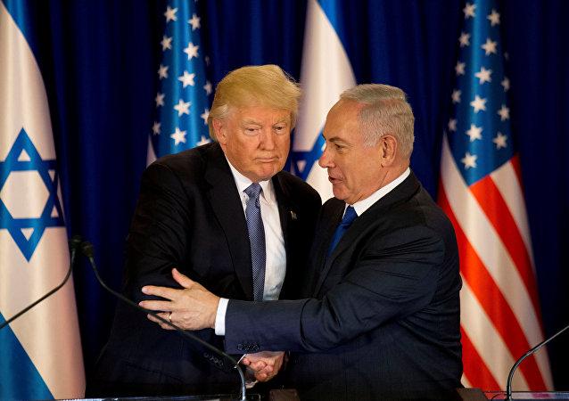 Le pésident Donald Trump et le premier Ministre israélien Benjamin Netanyahu qui se sert la main à Jérusalem le 22 mai 2017