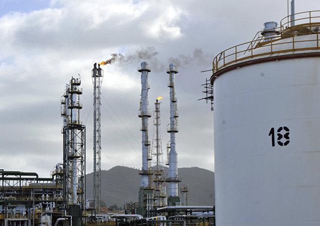 Raffinerie pétrolière. Image d'illustration