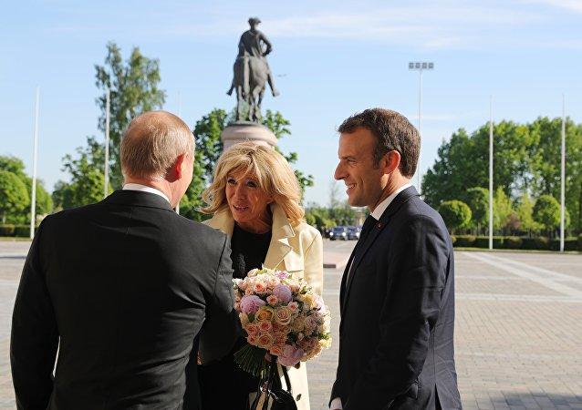 Récidive: Poutine offre de nouveau des fleurs, cette fois-ci à Brigitte Macron (vidéo)