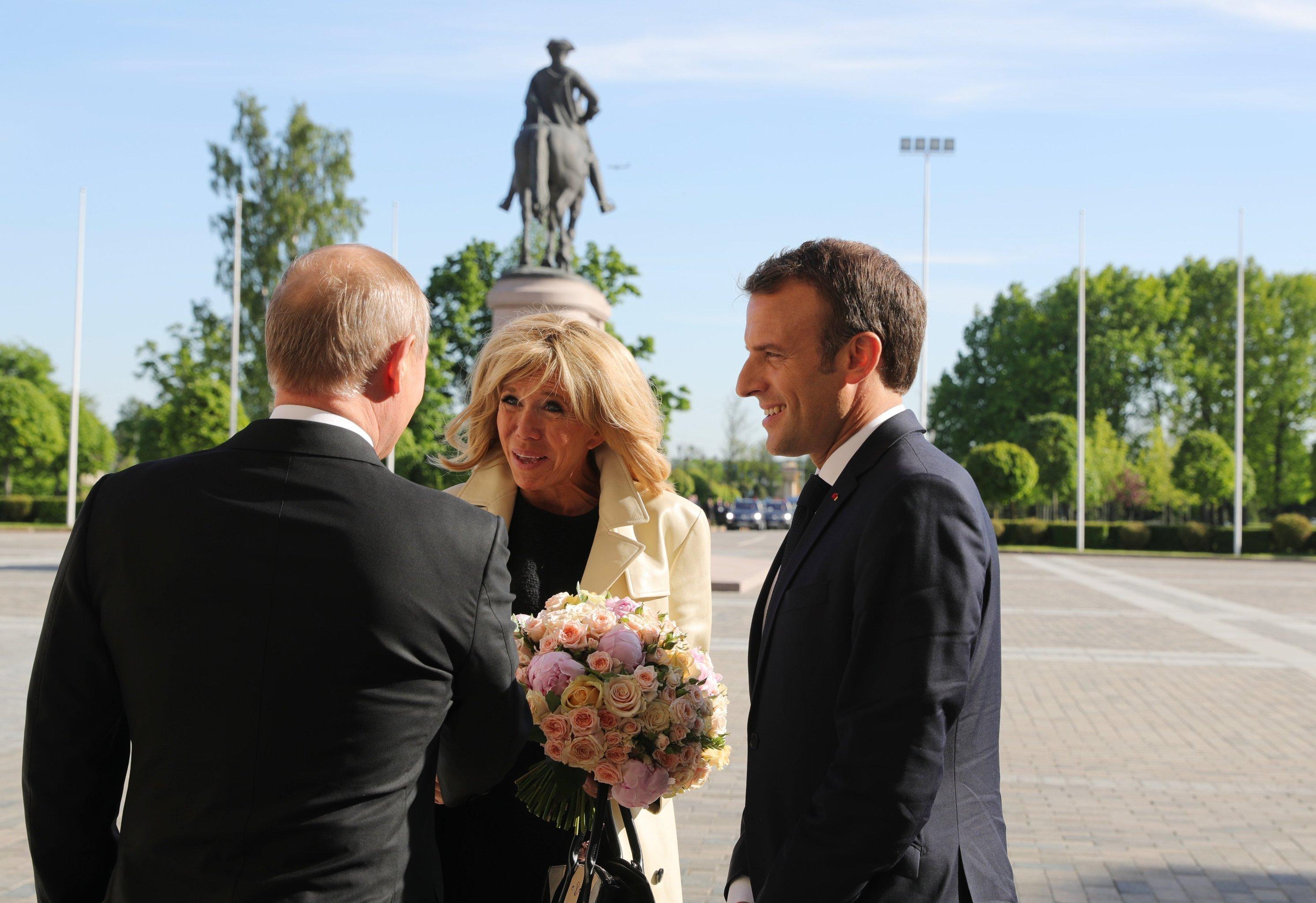 Vladimir Poutine offre des fleurs à Brigitte Macron