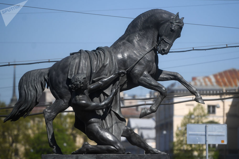 Sur la photo: ensemble de sculptures Les dompteurs de chevaux sur le pont Anitchkov à Saint-Pétersbourg.