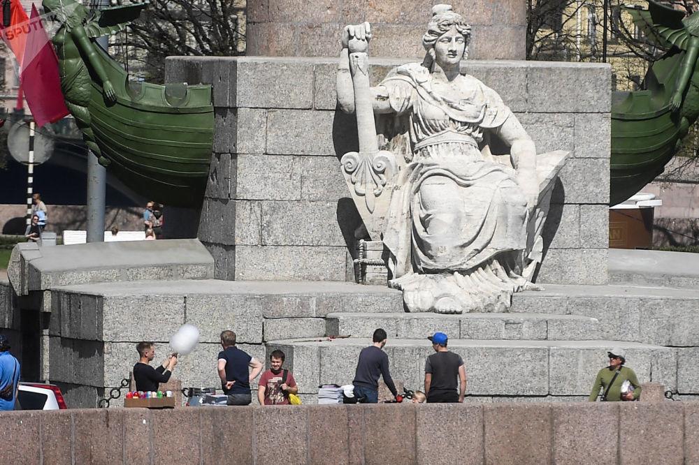 Sculpture Neva au pied de la Colonne rostrale à Saint-Pétersbourg.