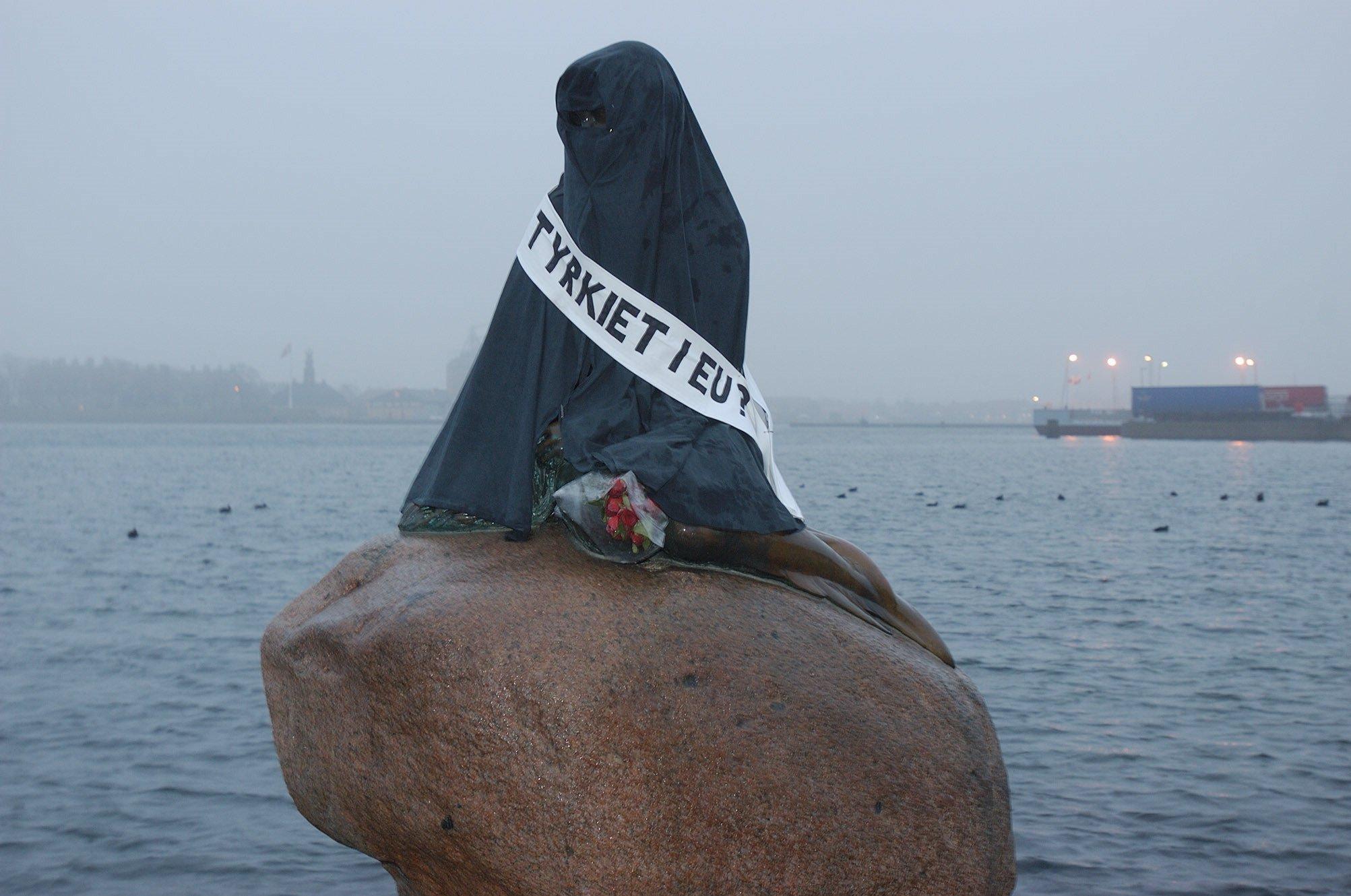 La Petite Sirène recouverte d'une burqa