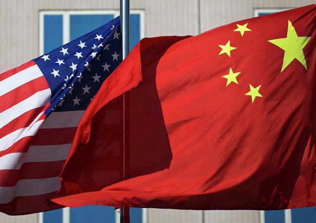 Les drapeaux chinois et américain