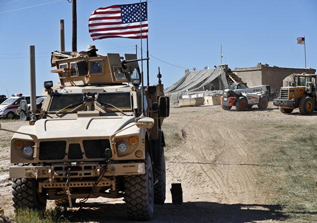 Un véhicule militaire américain à Manbij