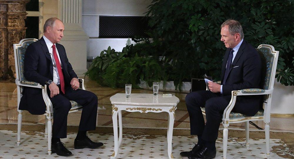 Poutine accorde une interview à un journaliste de la chaîne télévisée autrichienne ORF