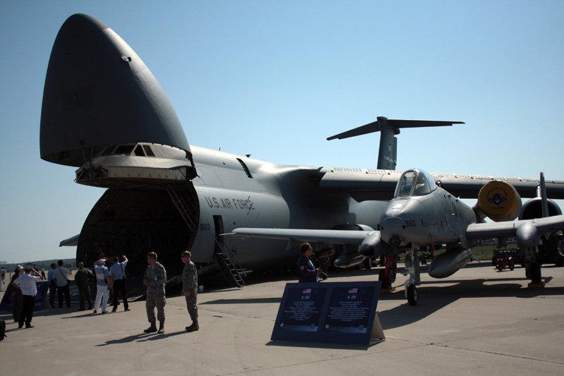 Lockheed C-5 Galaxy, avion de transport lourd américain, et Fairchild-Republic A-10 Thunderbolt II, avion américain conçu pour l'appui aérien rapproché des forces terrestres.