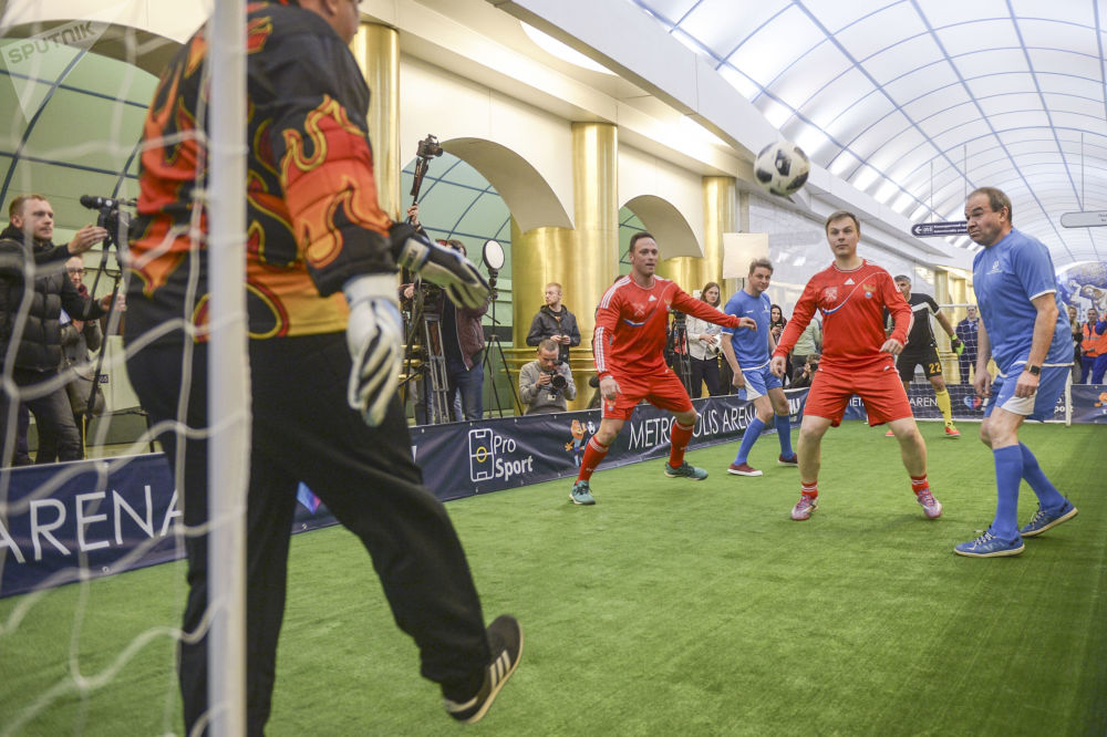 L'équipe des supporters menait à la mi-temps sur le score de 3 à 2, mais après a dû encaisser deux penalties et un joueur a été exclu du terrain.