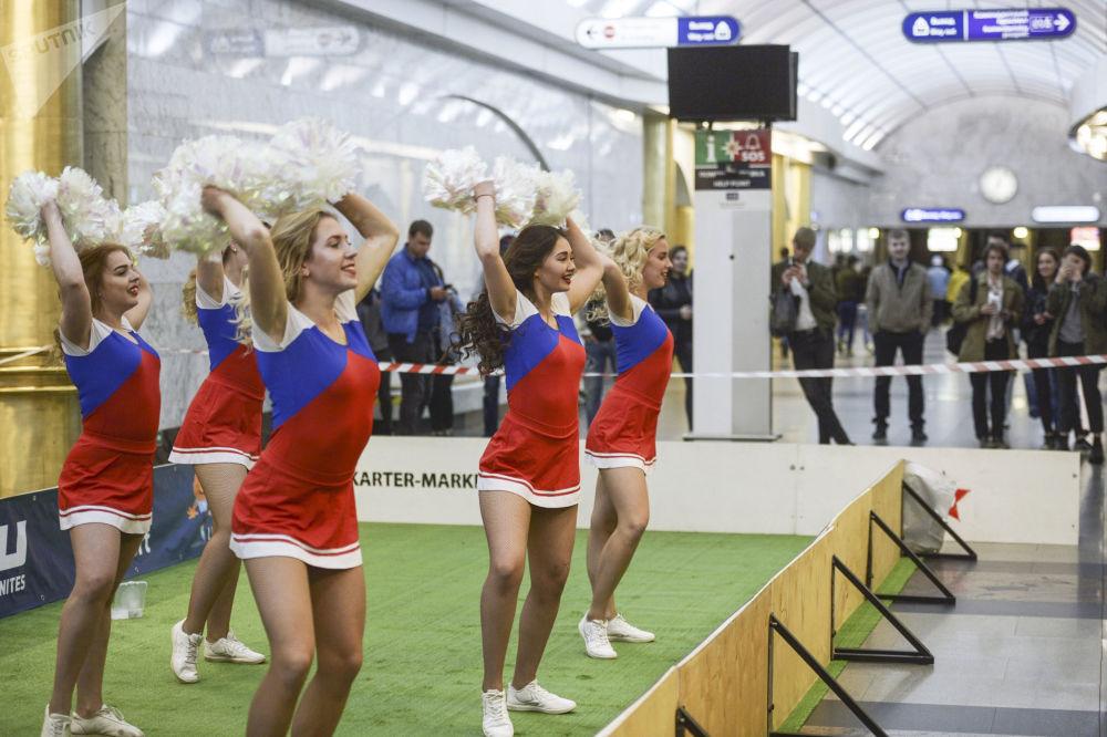 Jeunes supportrices avant le match de foot sur le quai de la station de métro Mejdounarodnaïa à Saint-Pétersbourg.