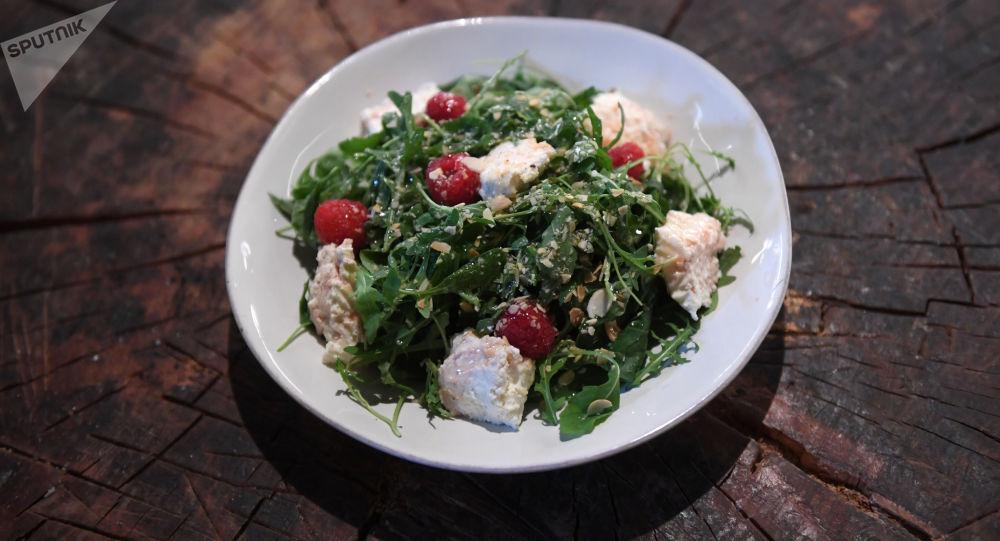 Salade à la ricotta, aux épinards et aux framboises du restaurant Syrovarnia à Moscou