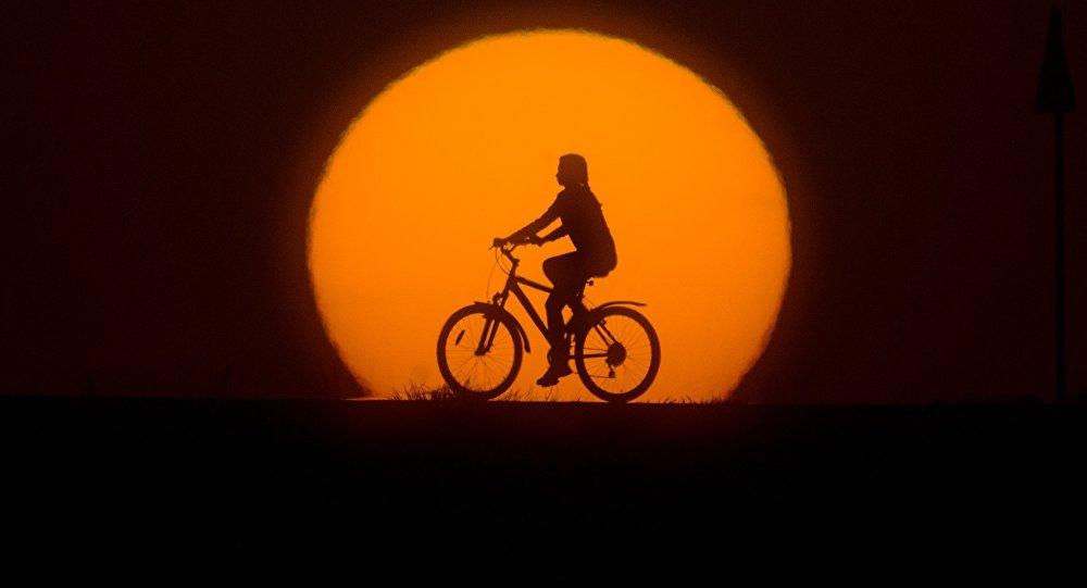 Une jeune fille cycliste / image d'illustration