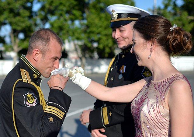 Le bal des officiers de marine au bord de la mer à Sébastopol