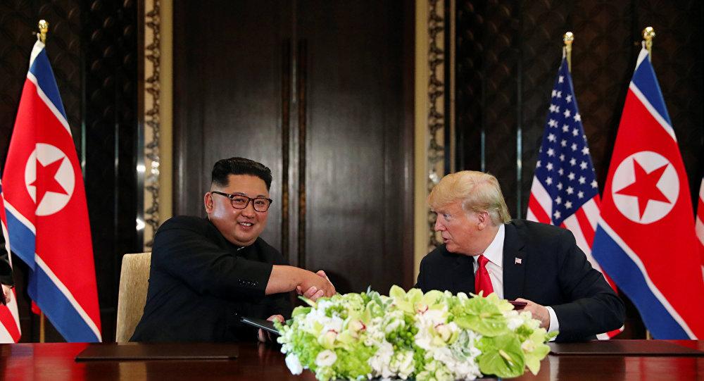 Cérémonie de signature d'un document commun entre Donald Trump et Kim Jong-un à l'issue du sommet à Singapour