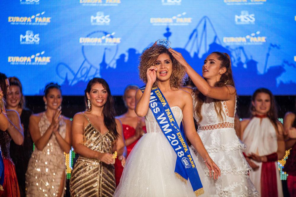 La cérémonie de couronnement de Zoé Brunet qui a remporté le titre de Miss Mondial 2018.