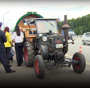Hallo Moskau: un fan allemand est arrivé à Moscou en tracteur pour le Mondial