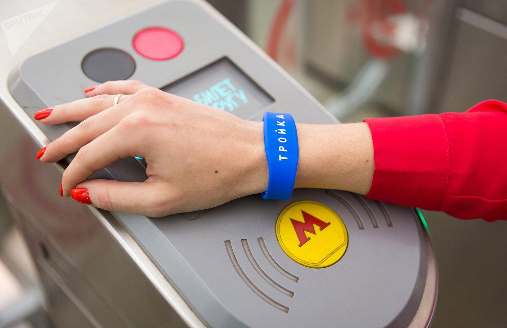 Un bracelet en silicone permettant de payer le métro de Moscou