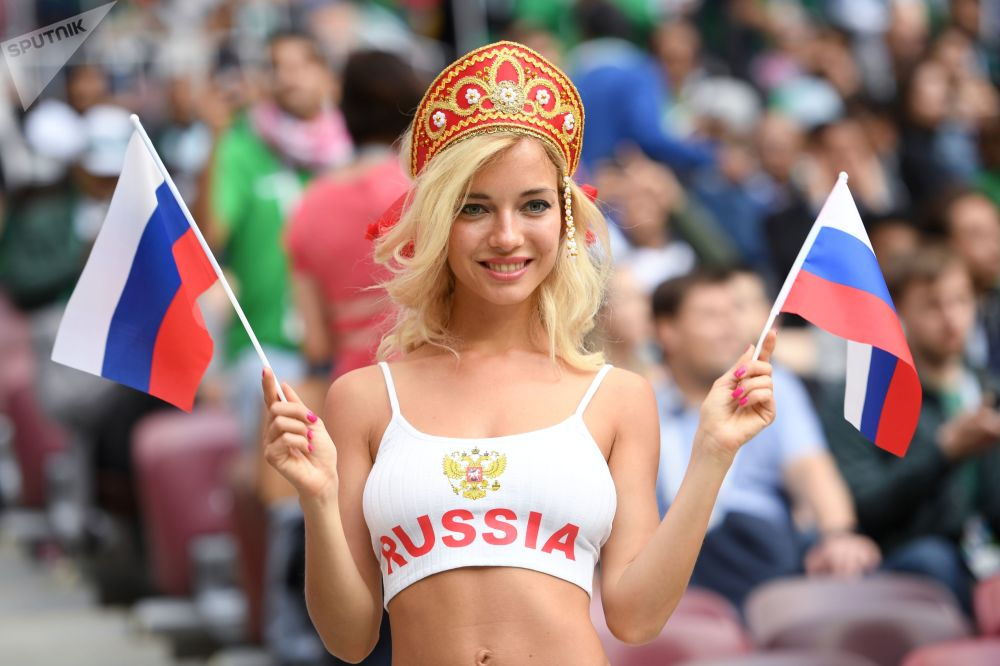 Une supportrice de l'équipe de Russie avant le match Russie-Arabie saoudite