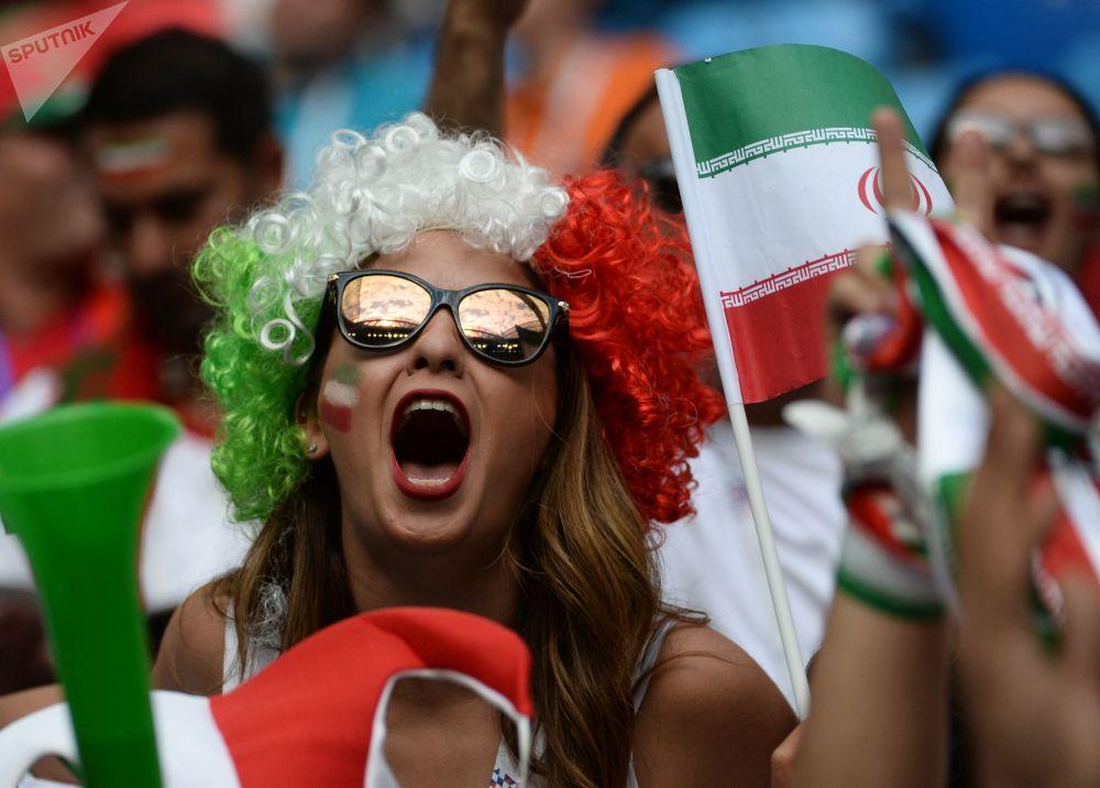 Une supportrice de l'équipe d'Iran agitant un drapeau avant le début du match Maroc-Iran à Saint-Pétersbourg.