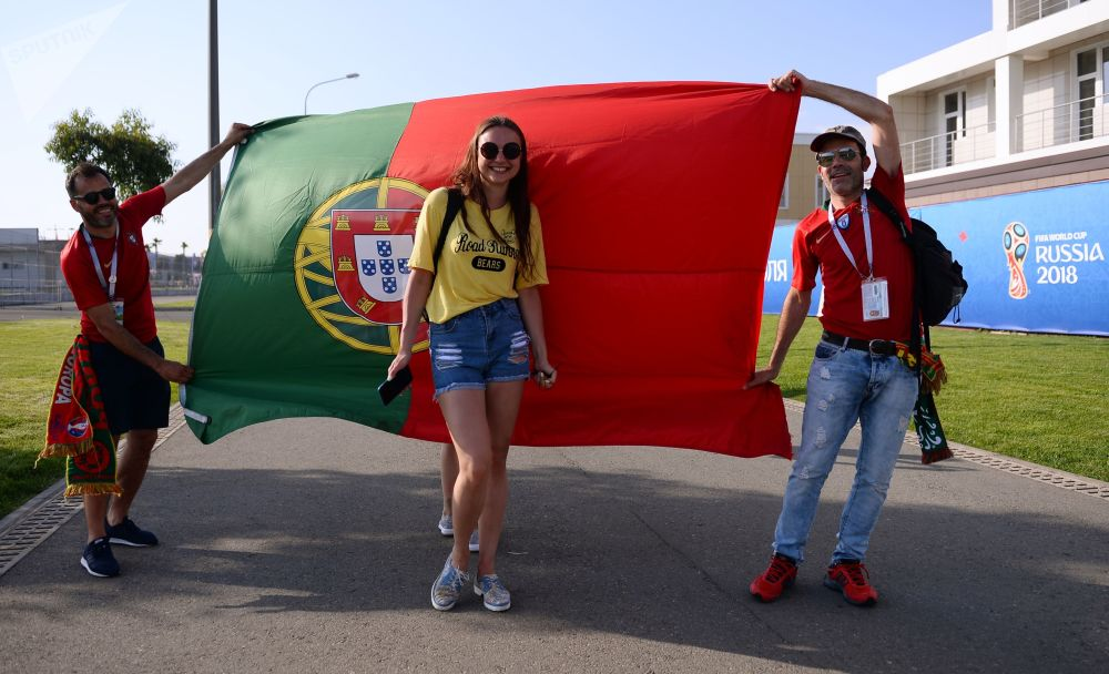 Des supporteurs de l'équipe du Portugal devant leur drapeau national avant le match Portugal-Espagne.