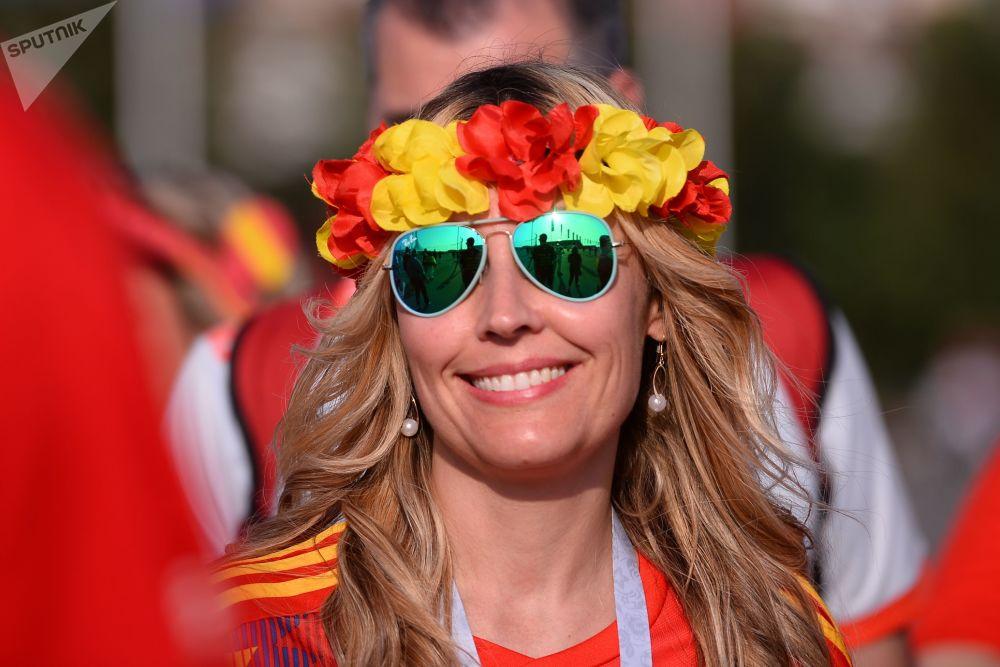 Une supportrice de l'équipe d'Espagne souriant avant le match Espagne-Portugal.
