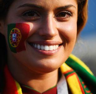 Une supportrice de l'équipe du Portugal avant le match Portugal-Espagne