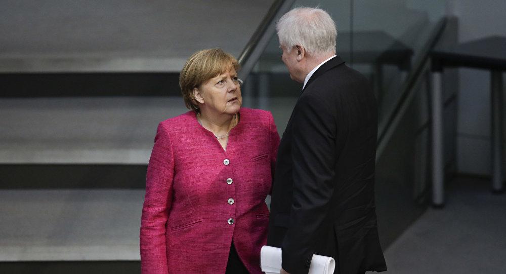 La Chancelière Angela Merkel et le ministre de l'Intérieur Horst Seehofer au Bundsetag
