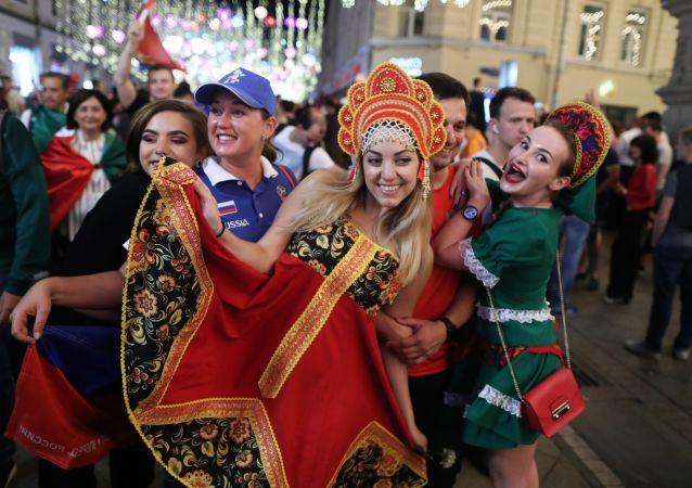 Les supporteurs russes fêtent la deuxième victoire de l'équipe de Russie