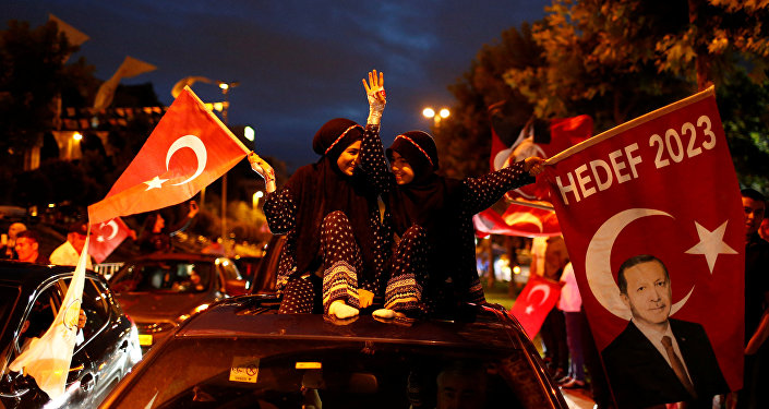 AK Parti İstanbul İl Başkanlığı önünde seçim kutlamaları