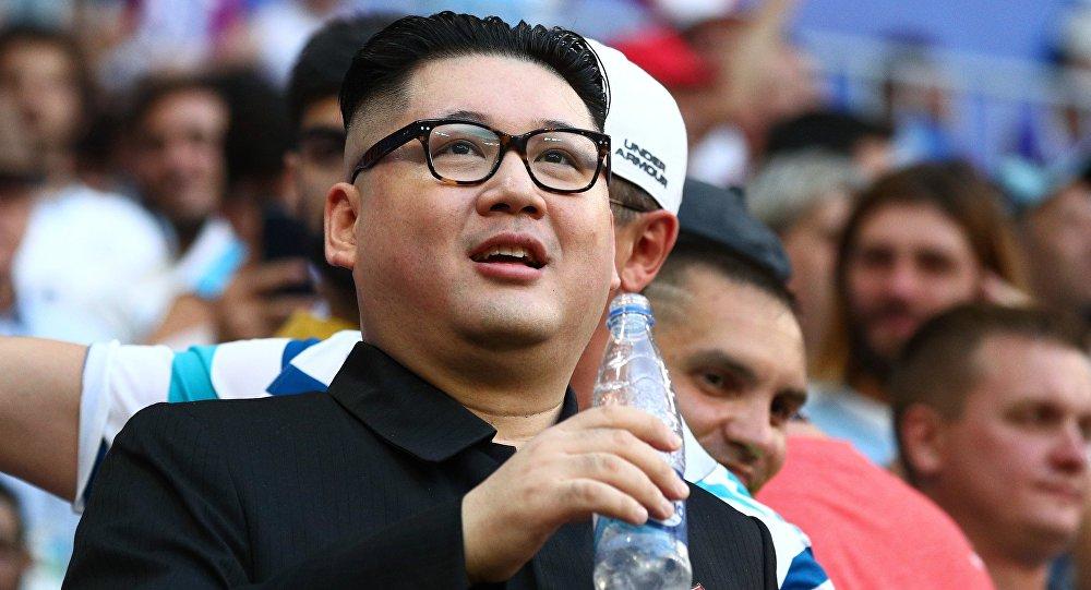 Un sosie de Kim Jong-un lors du match Russie-Uruguay à Samara