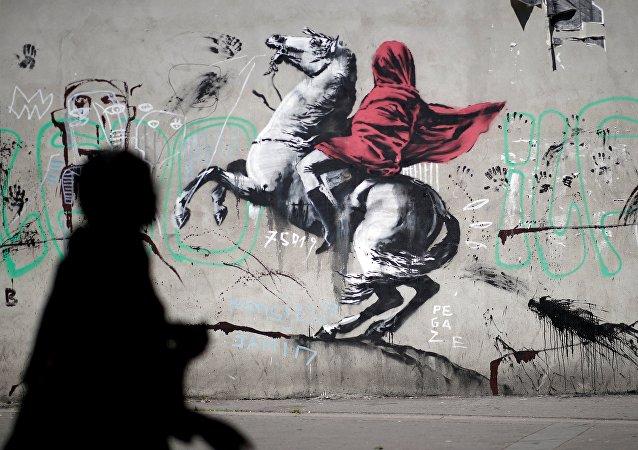 Street art: Banksy met les réseaux sociaux et les Parisiens en émoi
