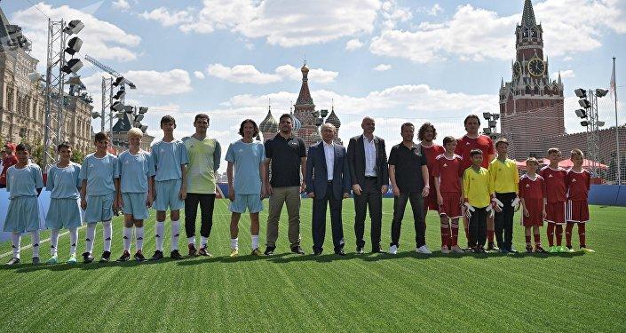 Un match de foot disputé directement sur la place Rouge entre Poutine et Infantino