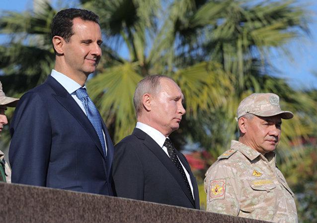Vladimir Poutine, Bachar el-Assad et Sergueï Choïgou sur la base aérienne de Hmeimim en Syrie