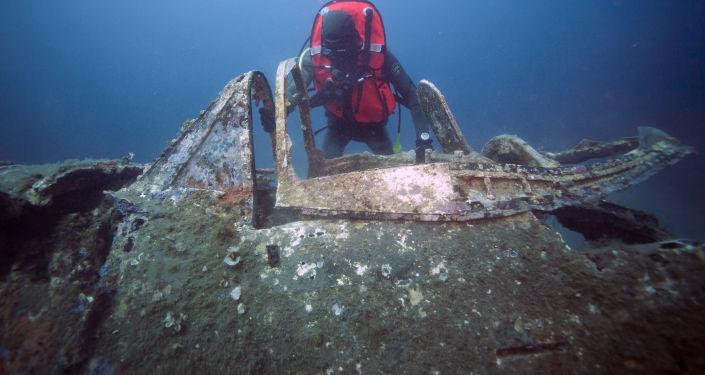 Des plongeurs français explorent l'épave d'un chasseur US de la Seconde guerre mondiale